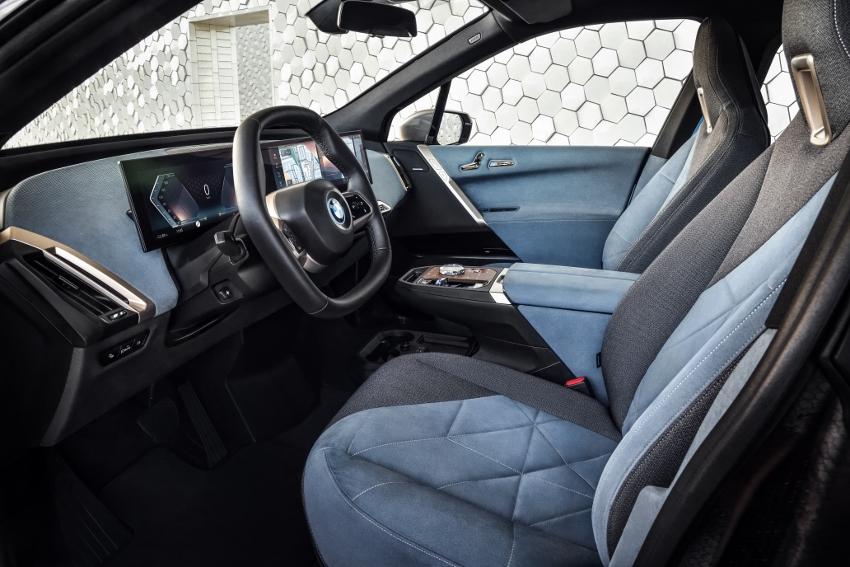 BMW ukázalo nový elektromobil iX, ktorého maska slúži ako informačný panel 0DLAufaF90 bmw-ix-23