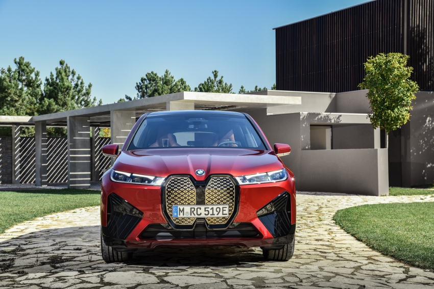 BMW ukázalo nový elektromobil iX, ktorého maska slúži ako informačný panel 31HrL1P9b8 bmw-ix-16