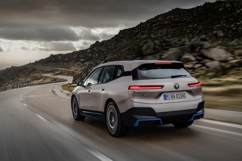 BMW ukázalo nový elektromobil iX, ktorého maska slúži ako informačný panel 4poXmLccd0 bmw-ix-4