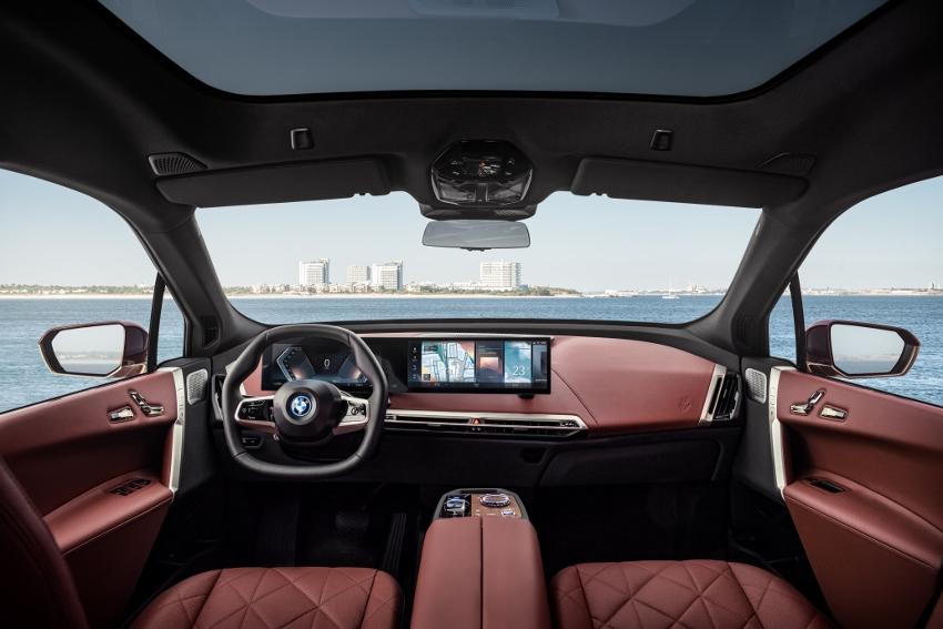 BMW ukázalo nový elektromobil iX, ktorého maska slúži ako informačný panel 4yELYhZknt bmw-ix-10