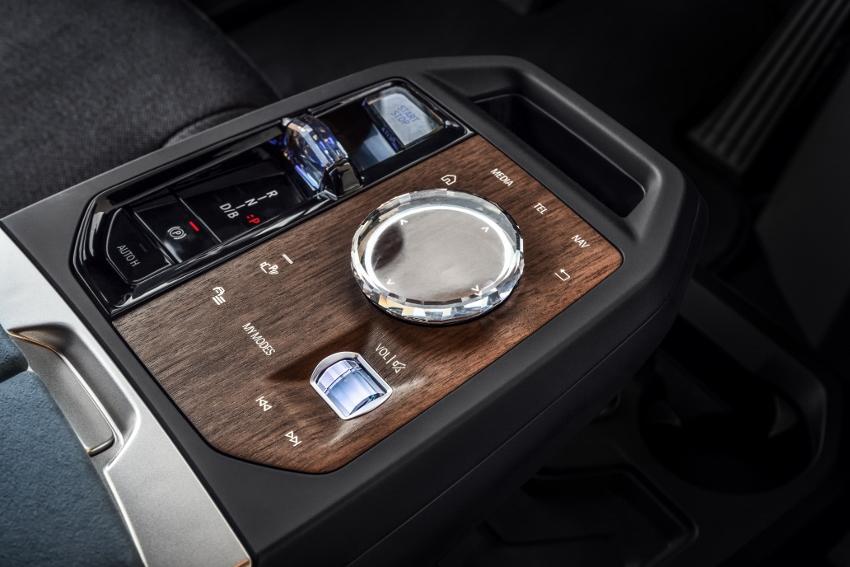 BMW ukázalo nový elektromobil iX, ktorého maska slúži ako informačný panel 5PsTGeRRks bmw-ix-19