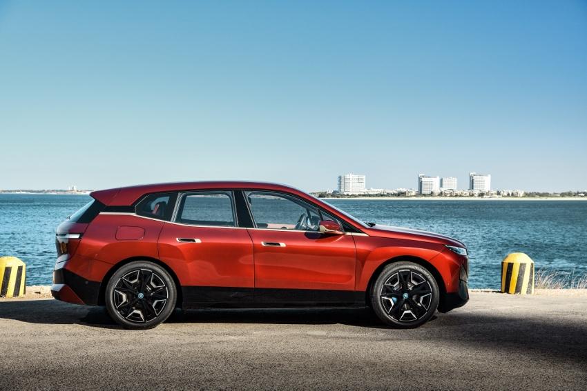BMW ukázalo nový elektromobil iX, ktorého maska slúži ako informačný panel 8YPnje3wGf bmw-ix-13