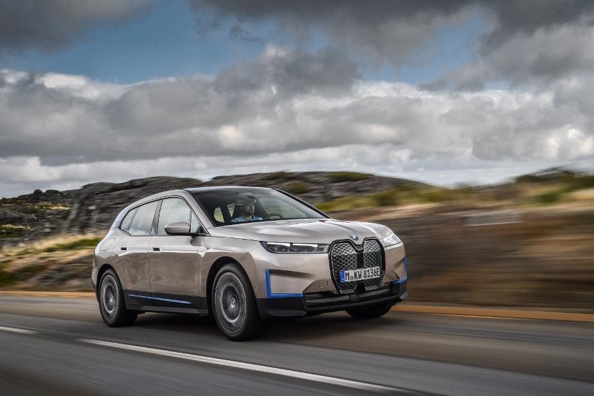 BMW ukázalo nový elektromobil iX, ktorého maska slúži ako informačný panel