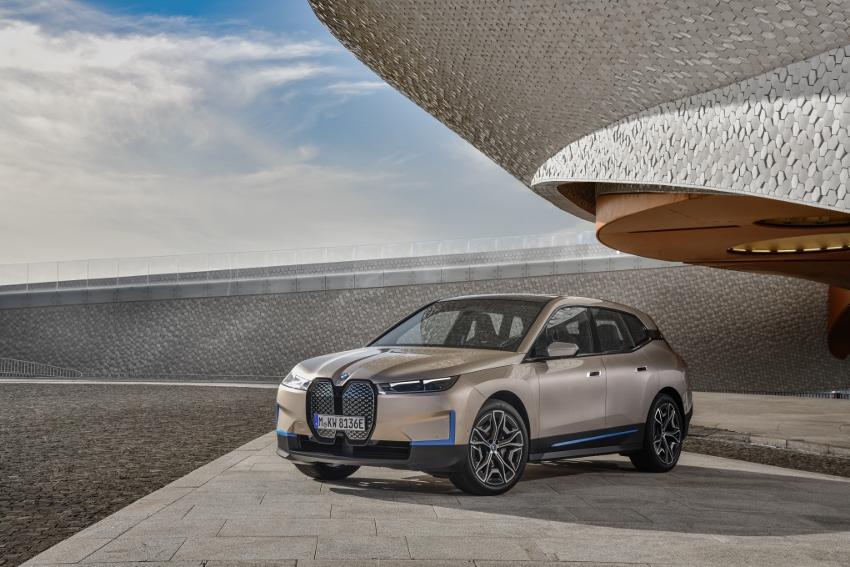 BMW ukázalo nový elektromobil iX, ktorého maska slúži ako informačný panel cpqdzLPB9F bmw-ix-28