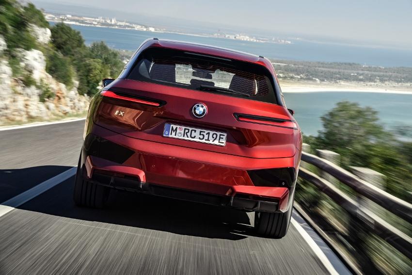 BMW ukázalo nový elektromobil iX, ktorého maska slúži ako informačný panel Dx92z96upn bmw-ix-11