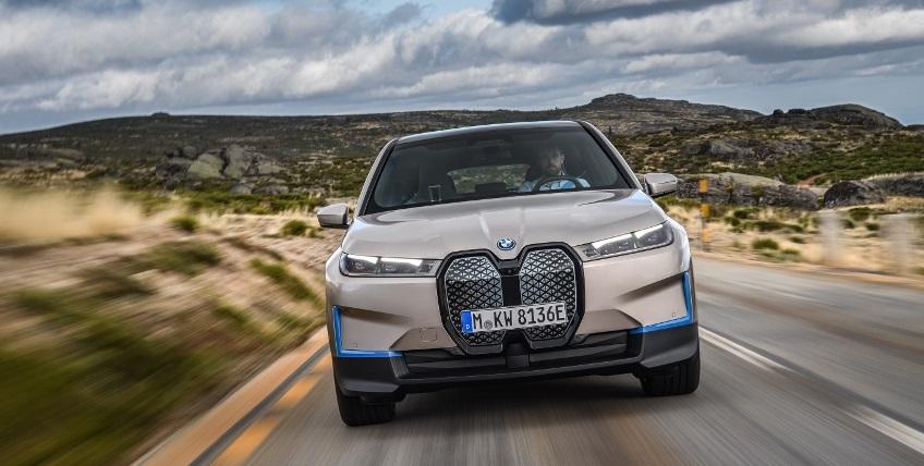 BMW ukázalo nový elektromobil iX, ktorého maska slúži ako informačný panel exoqMIidXO bmw-ix-6