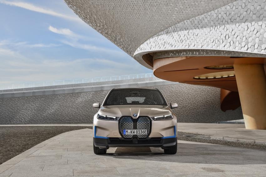 BMW ukázalo nový elektromobil iX, ktorého maska slúži ako informačný panel gIjbtEv3rt bmw-ix-1