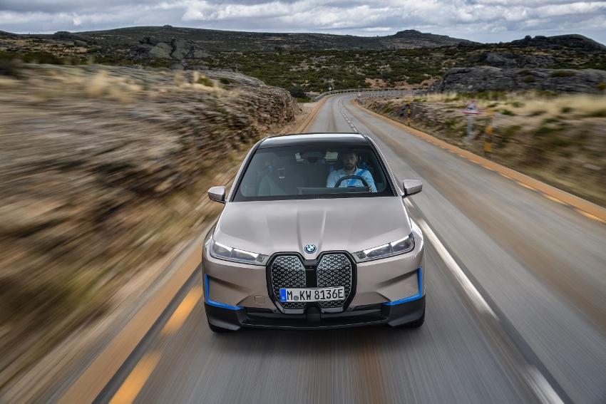 BMW ukázalo nový elektromobil iX, ktorého maska slúži ako informačný panel glshm0V5EV bmw-ix-7