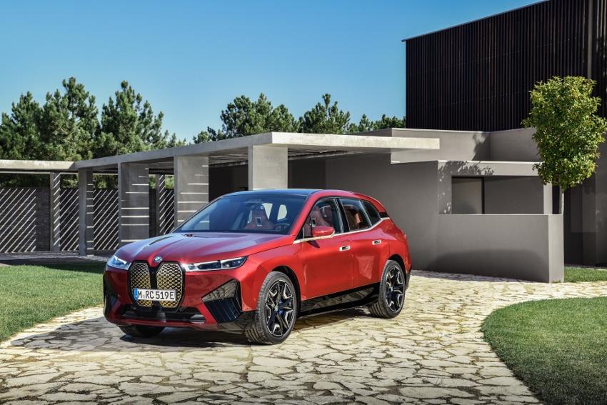 BMW ukázalo nový elektromobil iX, ktorého maska slúži ako informačný panel h3RuTMtgKb bmw-ix-14
