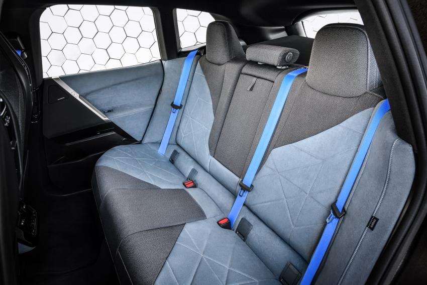 BMW ukázalo nový elektromobil iX, ktorého maska slúži ako informačný panel kz11arqs9D bmw-ix-21