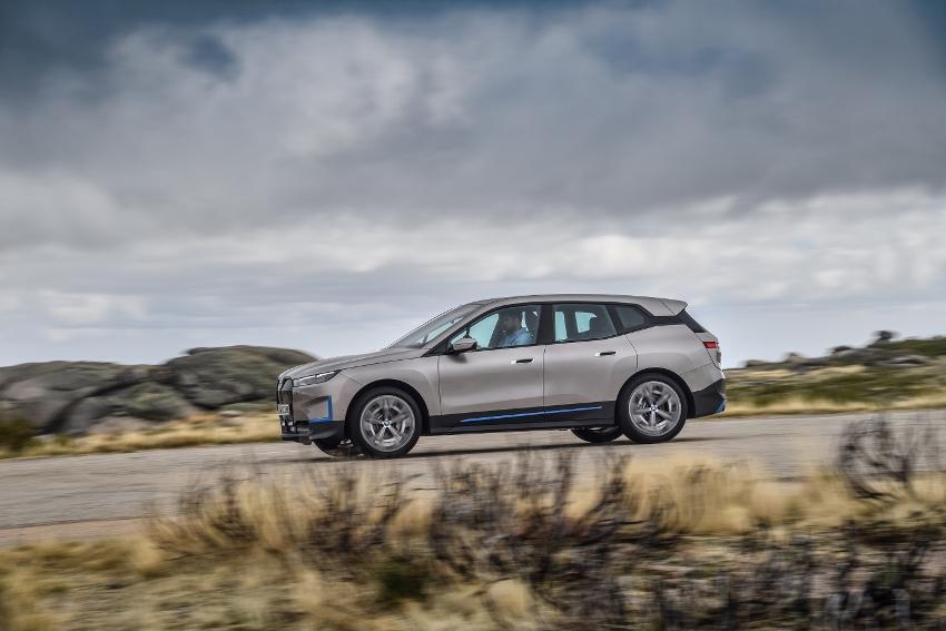 BMW ukázalo nový elektromobil iX, ktorého maska slúži ako informačný panel lyasybaErs bmw-ix-8