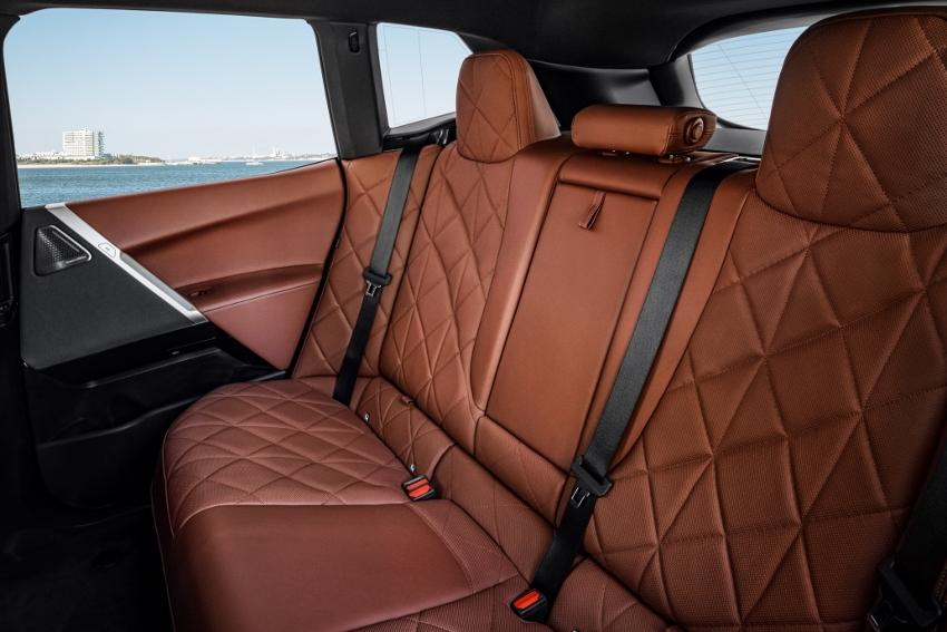 BMW ukázalo nový elektromobil iX, ktorého maska slúži ako informačný panel NIgV1Cp8NI bmw-ix-17