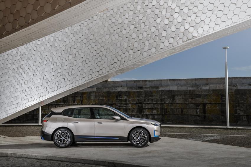 BMW ukázalo nový elektromobil iX, ktorého maska slúži ako informačný panel pbBSwiC8xS bmw-ix-26