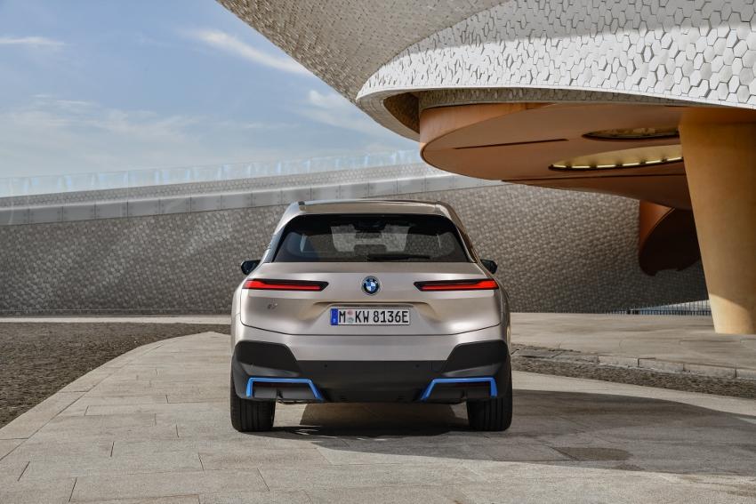 BMW ukázalo nový elektromobil iX, ktorého maska slúži ako informačný panel RATOhPwqjG bmw-ix-24