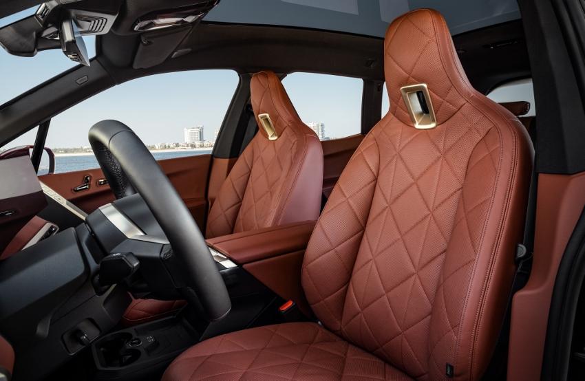 BMW ukázalo nový elektromobil iX, ktorého maska slúži ako informačný panel VBzYVsgreC bmw-ix-18