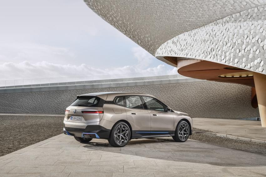 BMW ukázalo nový elektromobil iX, ktorého maska slúži ako informačný panel ww3LbME9HM bmw-ix-25