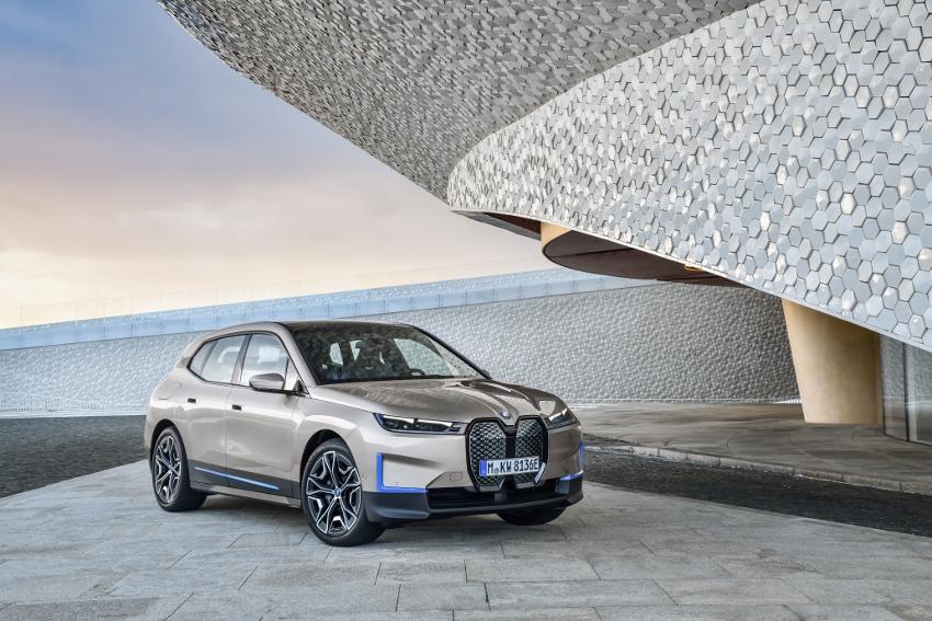 BMW ukázalo nový elektromobil iX, ktorého maska slúži ako informačný panel xKzYOt2grw bmw-ix-27
