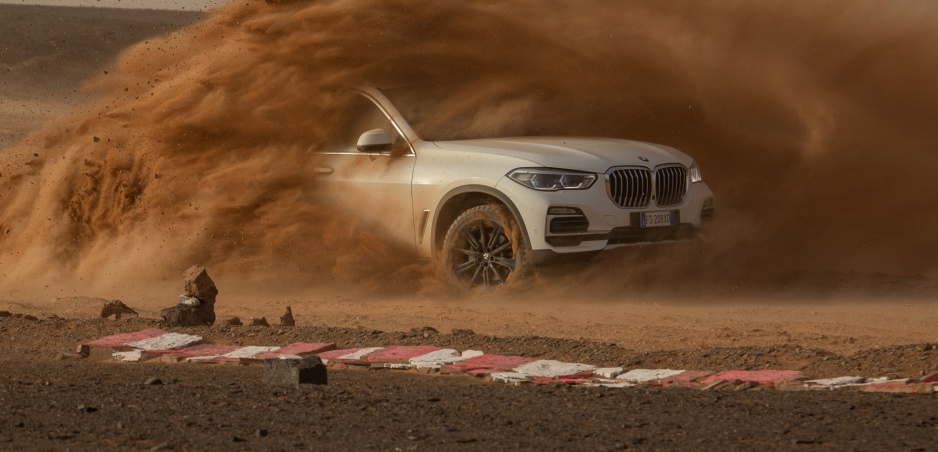 BMW X5 jazdilo po vernej kópii slávneho okruhu Monza na saharských pieskoch