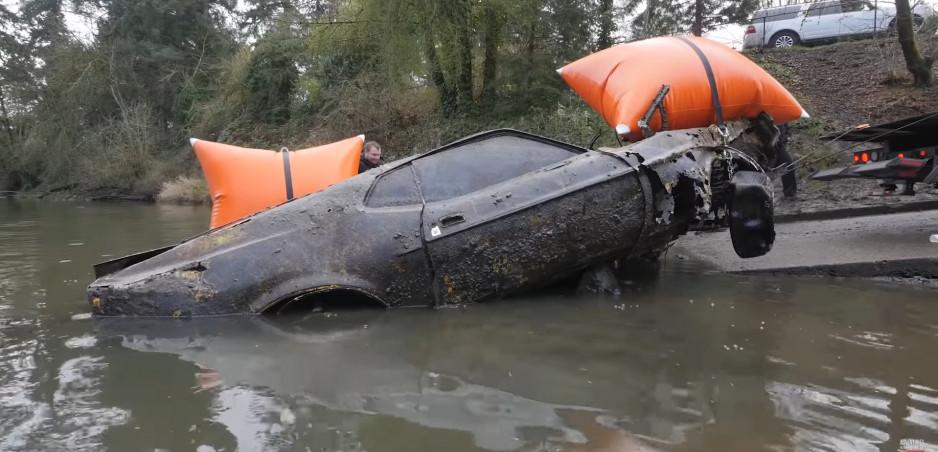 Ford Mustang Mach 1 vytiahli z vody po 35 rokoch, pozrite si video