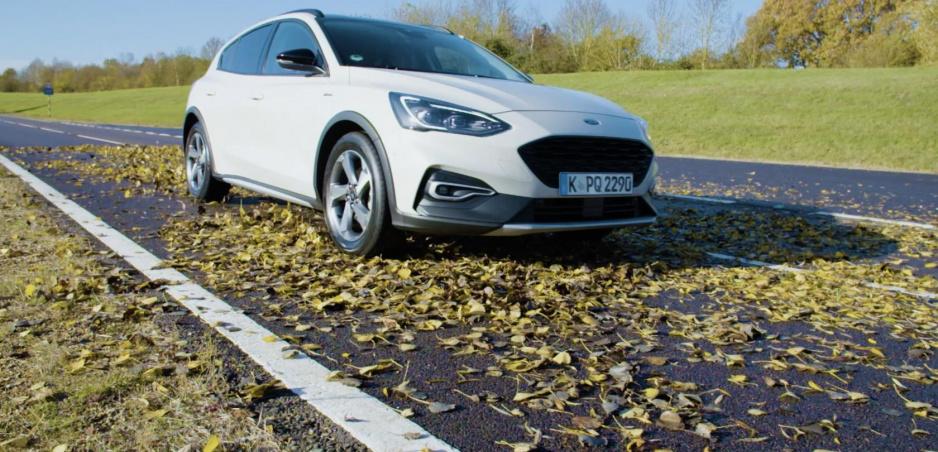 Ford upozorňuje na mokré lístie. Je šmykľavejšie ako sneh