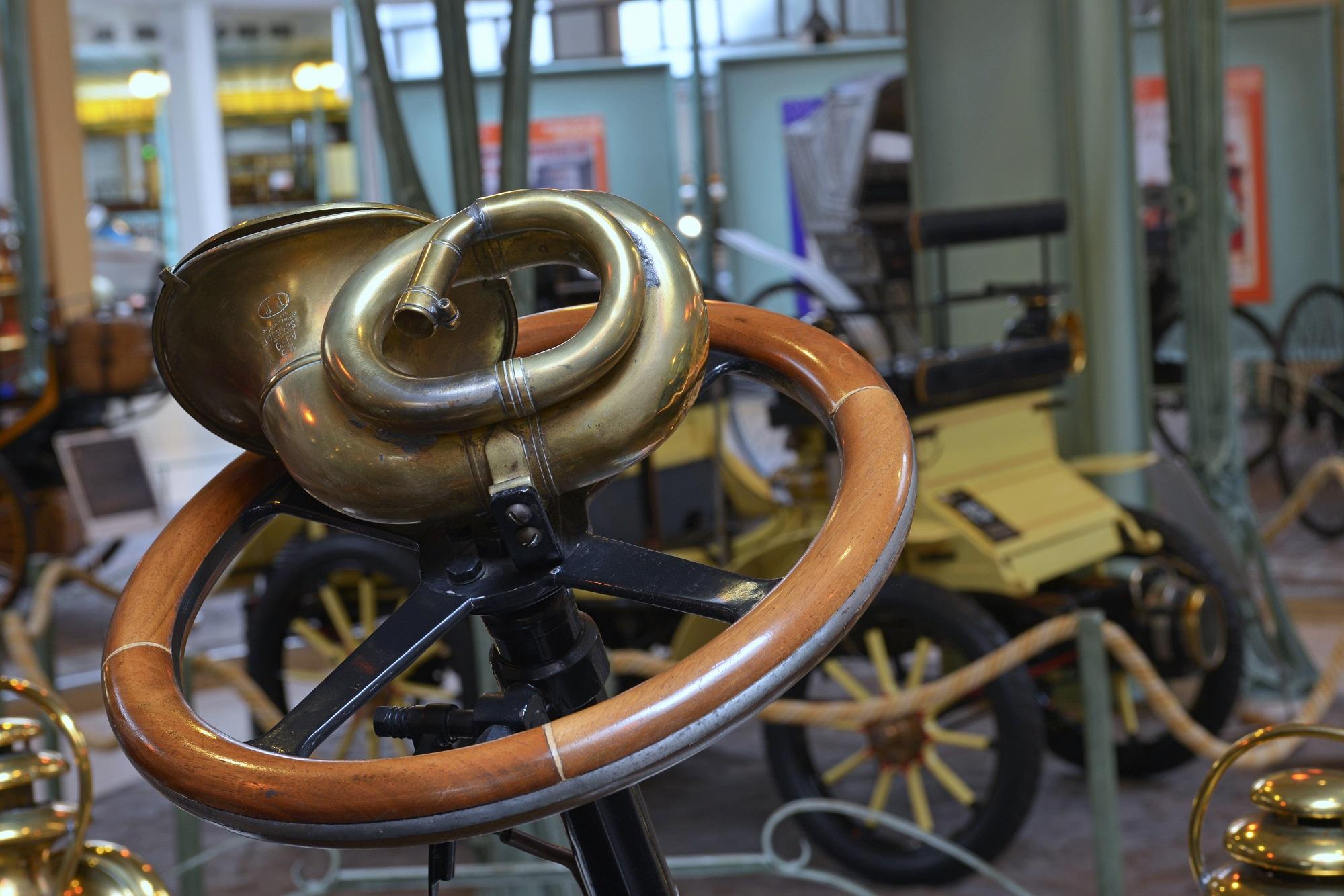 História volantu: Od jednoduchého mechanizmu k  multifunkčnému zariadeniu
