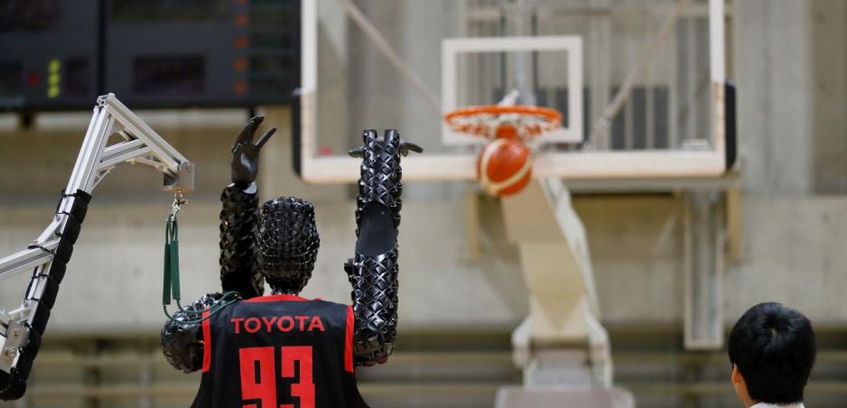 """Inžinieri Toyoty vyrobili robotického basketbalistu. """"Trojky"""" hádže na počkanie"""