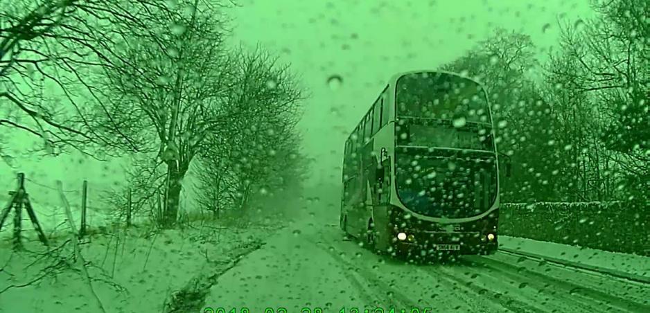Jazda v snehu: Autobus sa na poslednú chvíľu vyhne nehode