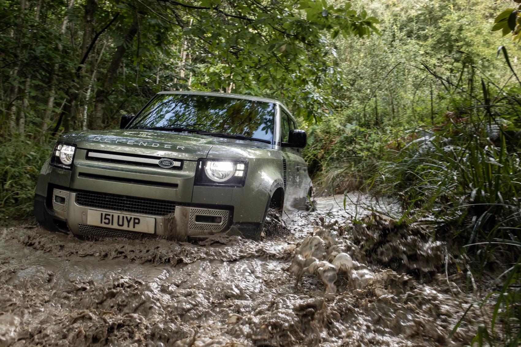 Land Rover Defender dostal plug in hybrid a nový naftový šesťvalec
