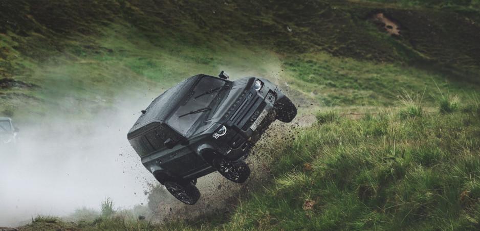 """Land Rover Defender """"nemá čas zomrieť"""" a predvázda sa v najnovšej bondovke"""