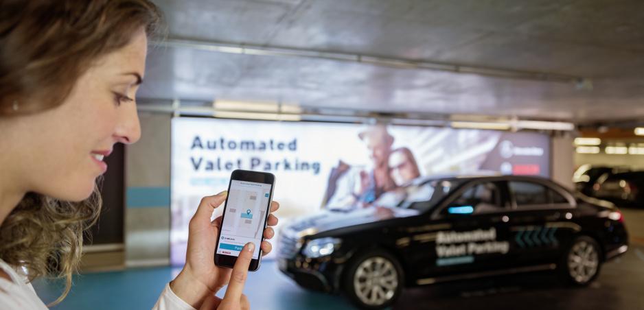 Mercedes zavádza do praxe prvé automatické parkovanie bez vodiča v parkovacom dome