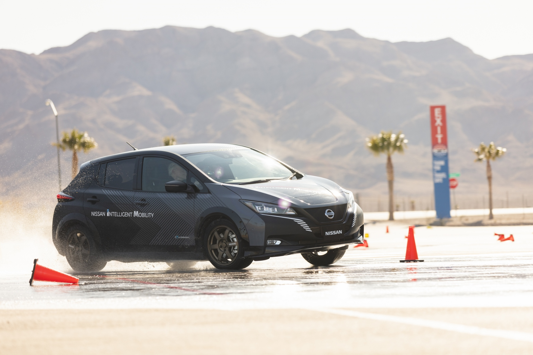 Nissan prichádza s revolučným elektrickým pohonom všetkých kolies DIOpnGoJuS nissan-leaf-prototyp-8