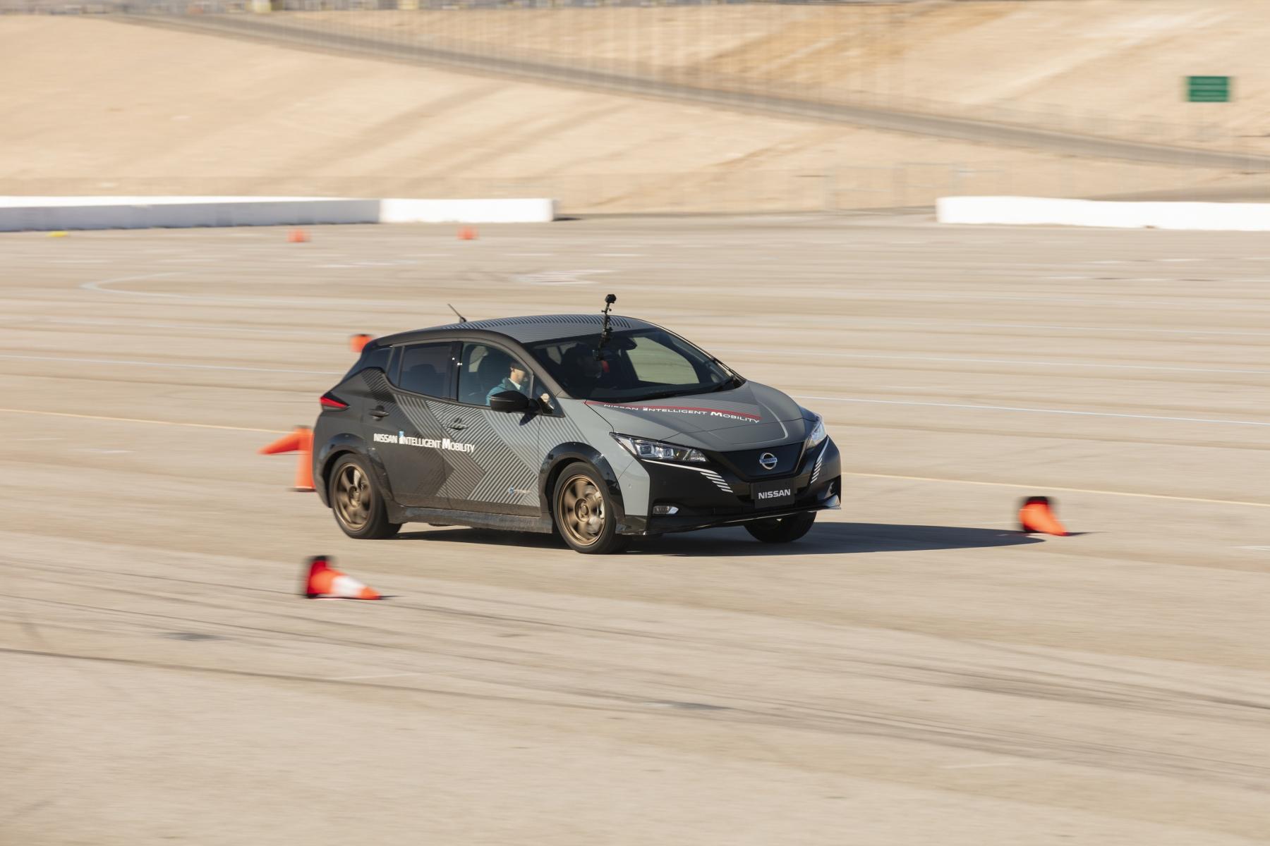 Nissan prichádza s revolučným elektrickým pohonom všetkých kolies MsrDIIXvA6 nissan-leaf-prototyp-5