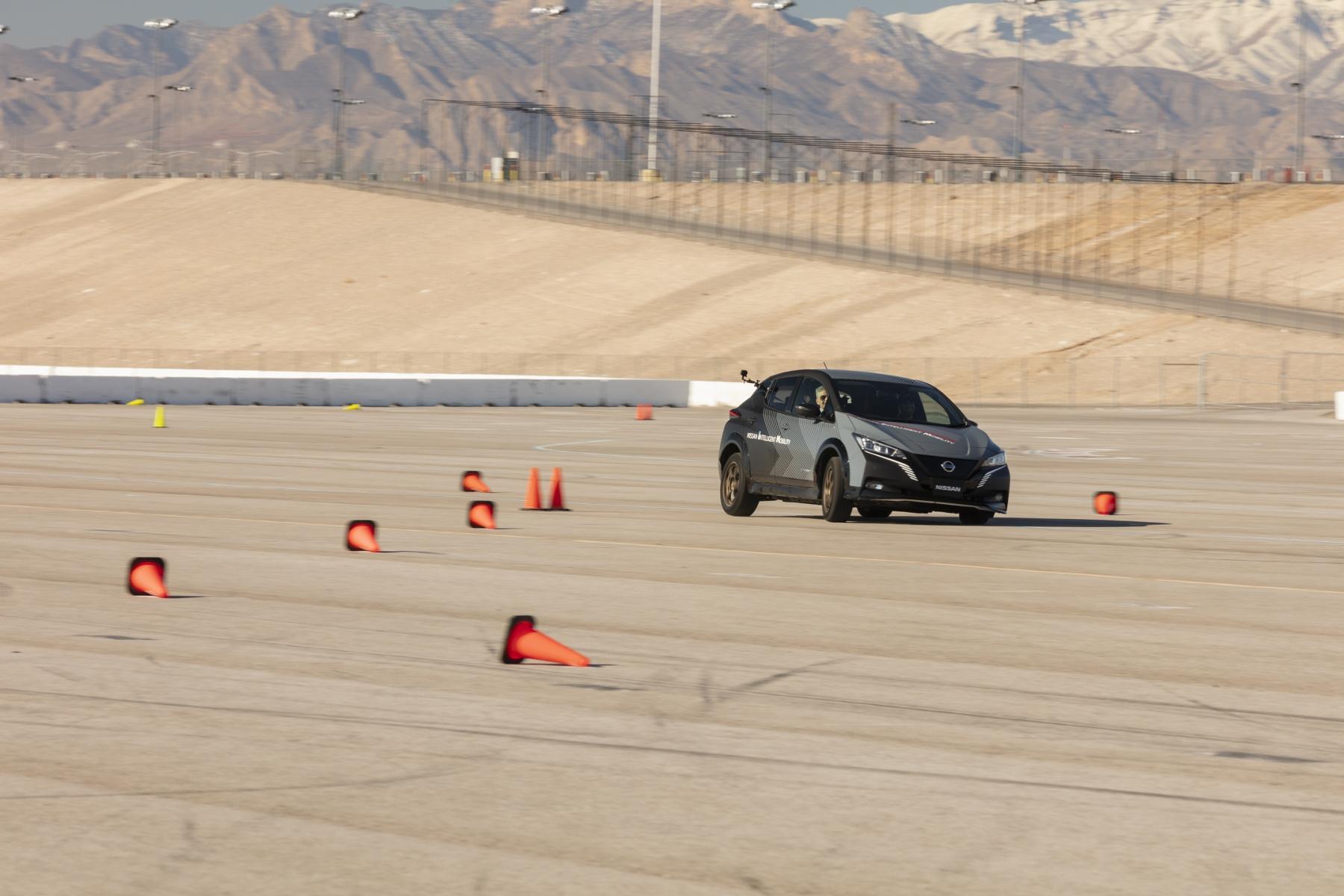 Nissan prichádza s revolučným elektrickým pohonom všetkých kolies Z3AMZqxoCZ nissan-leaf-prototyp-2