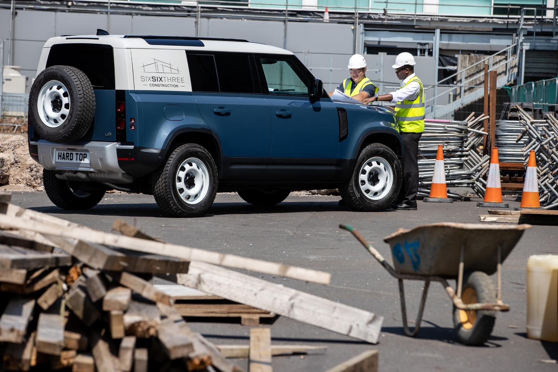 Nový Land Rover Defender prichádza v úžitkovej verzii Hard Top iYYgYfsM4r 8lrdefhardtop30062001-1800