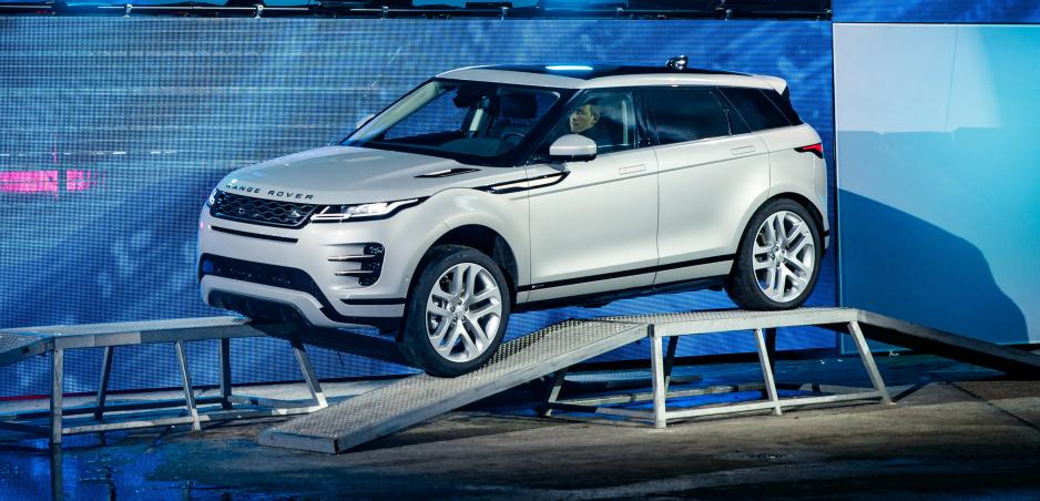 """Nový Range Rover Evoque: Revolúcia sa skrýva vo vnútri. Novinkou je """"neviditeľná"""" kapota"""