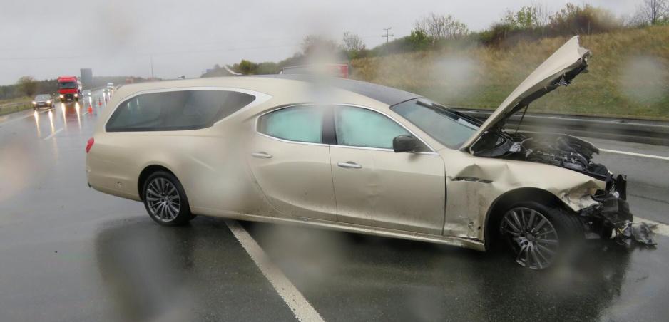 Pohrebné Maserati skončilo vo zvodidlách