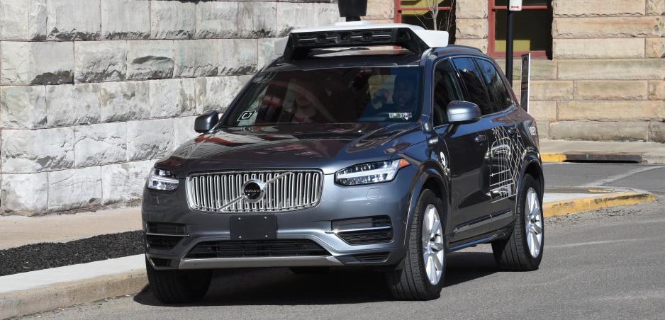 Pred smrteľnou nehodou autonómneho auta s chodcom Uber vypol bezpečnostné systémy Volva