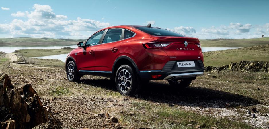 Renault ukázal sériovú verziu Arkany. S predajom začne v lete