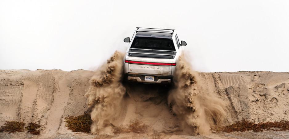 Rivian R1T: Tento pickup sa vie otočiť na mieste (video)