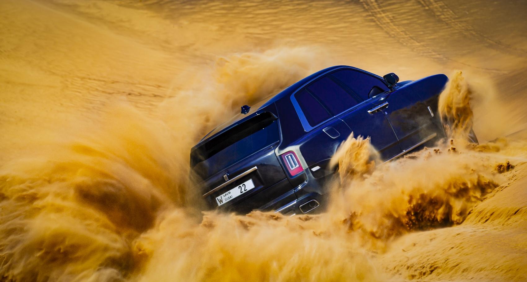 Rolls Royce Cullinan sa predviedol na púšti. Pozrite si foto aj video