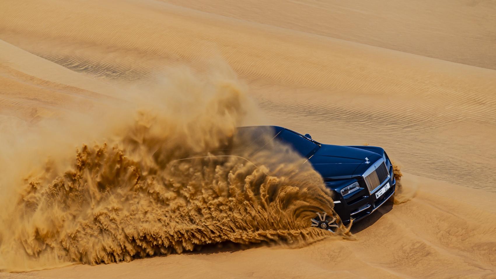 Rolls Royce Cullinan sa predviedol na púšti. Pozrite si foto aj video 8XXUdGifci rolls-royce-cullina