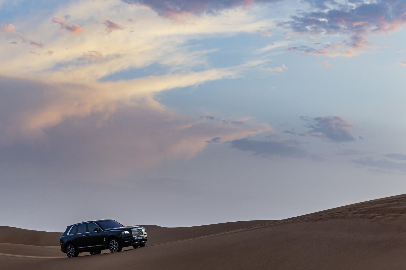 Rolls Royce Cullinan sa predviedol na púšti. Pozrite si foto aj video 9BuAOc9AXm rolls-royce-cullina