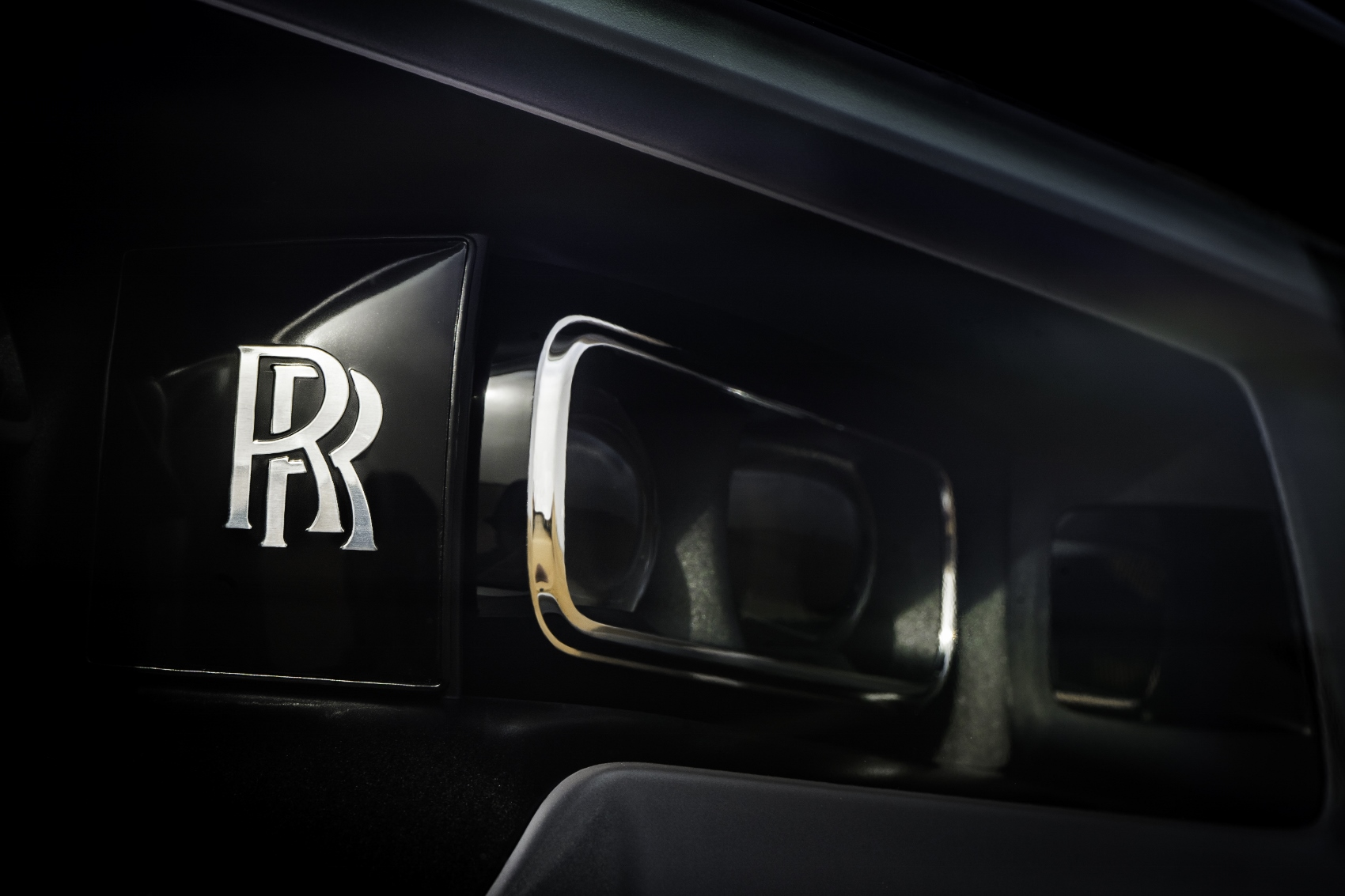 Rolls Royce Cullinan sa predviedol na púšti. Pozrite si foto aj video 9WrYP0k64W rolls-royce-cullina