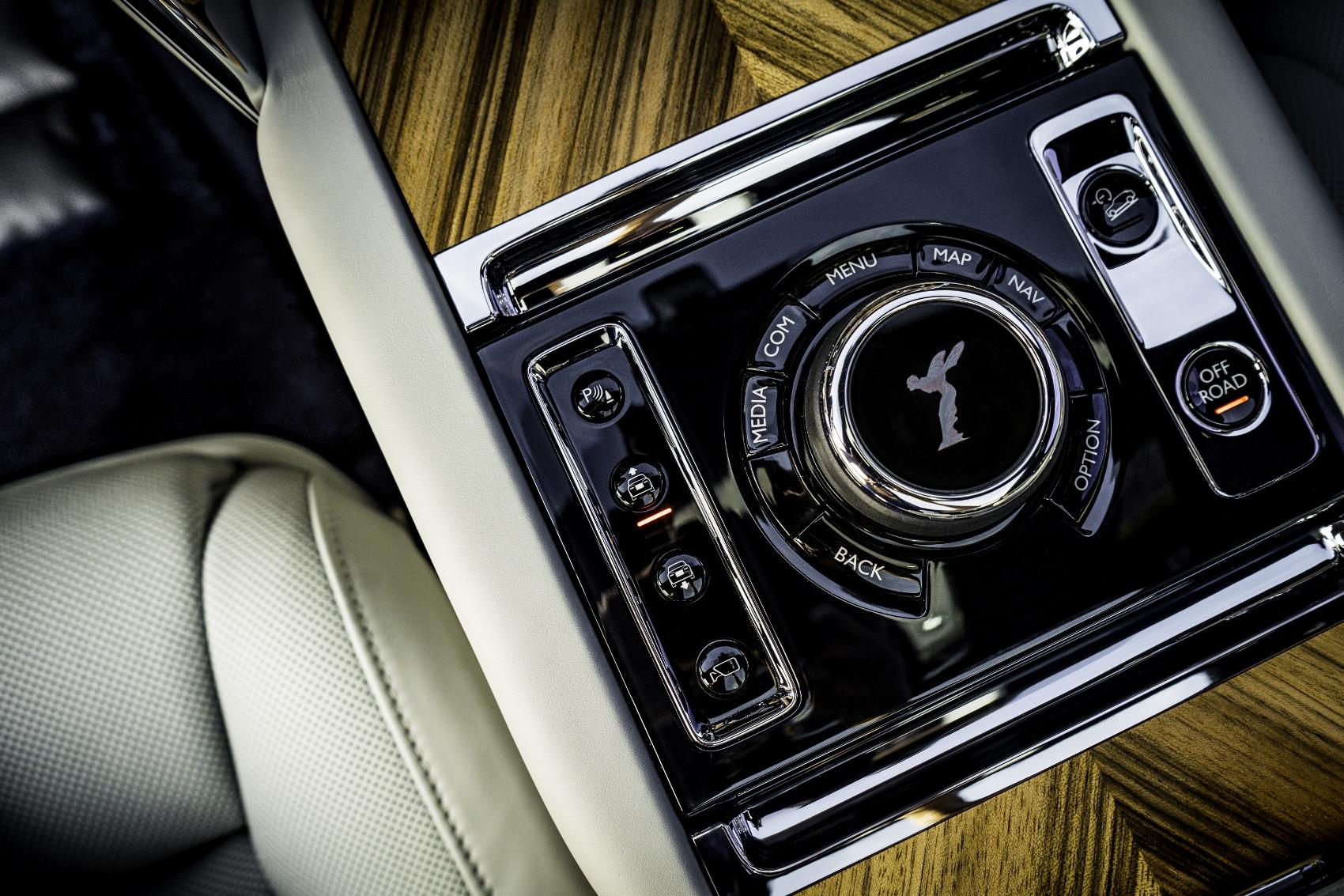 Rolls Royce Cullinan sa predviedol na púšti. Pozrite si foto aj video AOjiUrN5Q0 rolls-royce-cullina