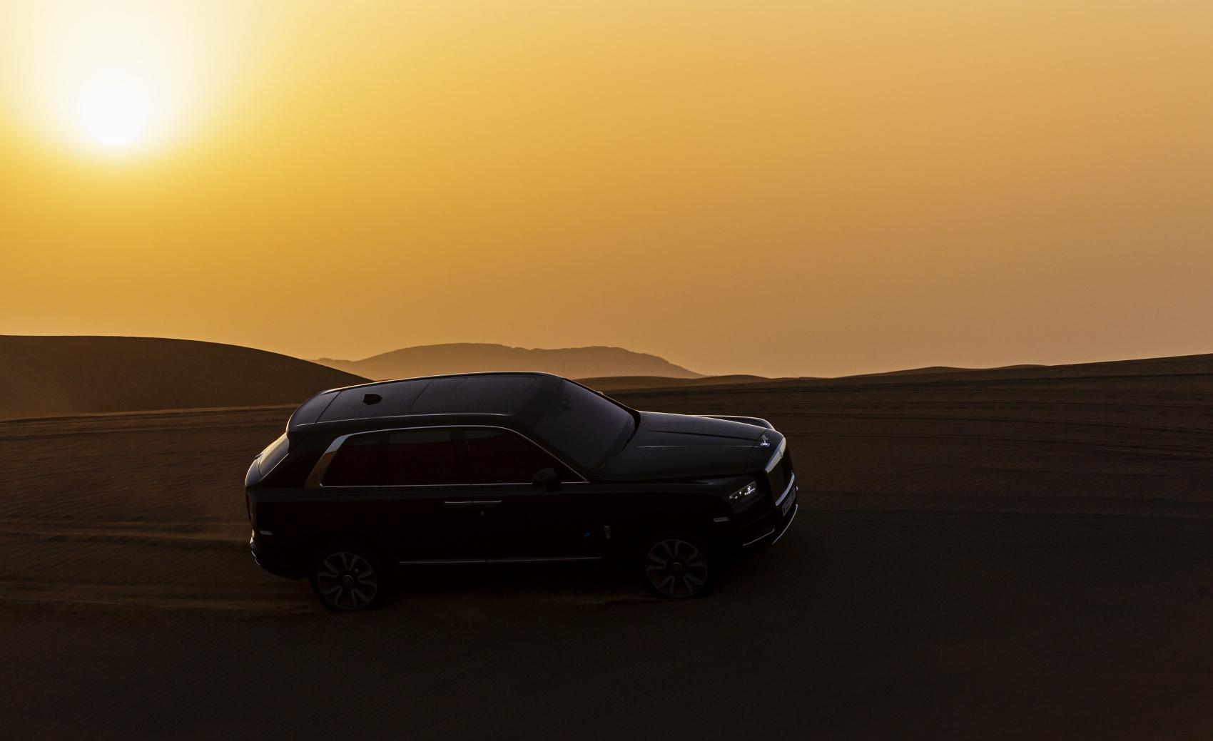 Rolls Royce Cullinan sa predviedol na púšti. Pozrite si foto aj video eLTHAT6PZo rolls-royce-cullina