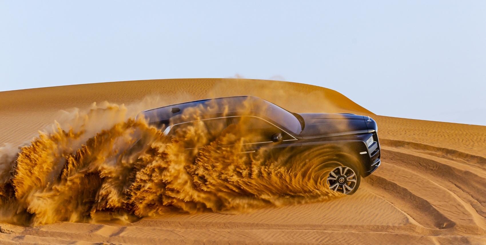 Rolls Royce Cullinan sa predviedol na púšti. Pozrite si foto aj video FFPwN3ANIC rolls-royce-cullina