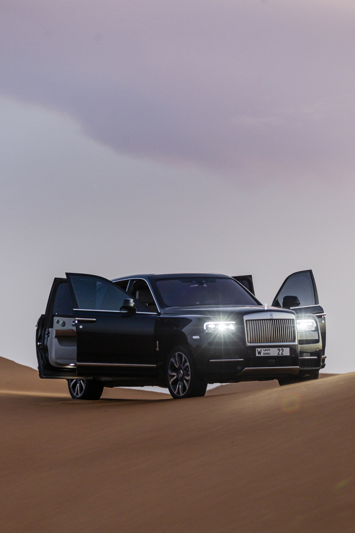 Rolls Royce Cullinan sa predviedol na púšti. Pozrite si foto aj video fHruy9mhlW rolls-royce-cullina
