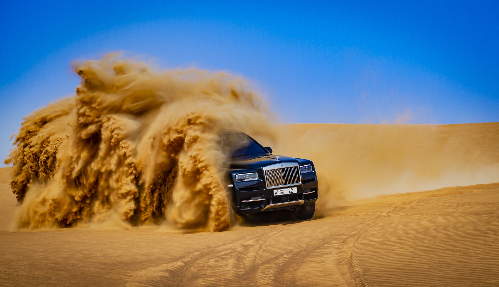 Rolls Royce Cullinan sa predviedol na púšti. Pozrite si foto aj video KflFGyUIY7 rolls-royce-cullina