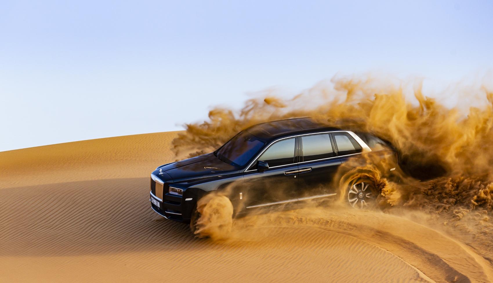Rolls Royce Cullinan sa predviedol na púšti. Pozrite si foto aj video o6isqF2rso rolls-royce-cullina