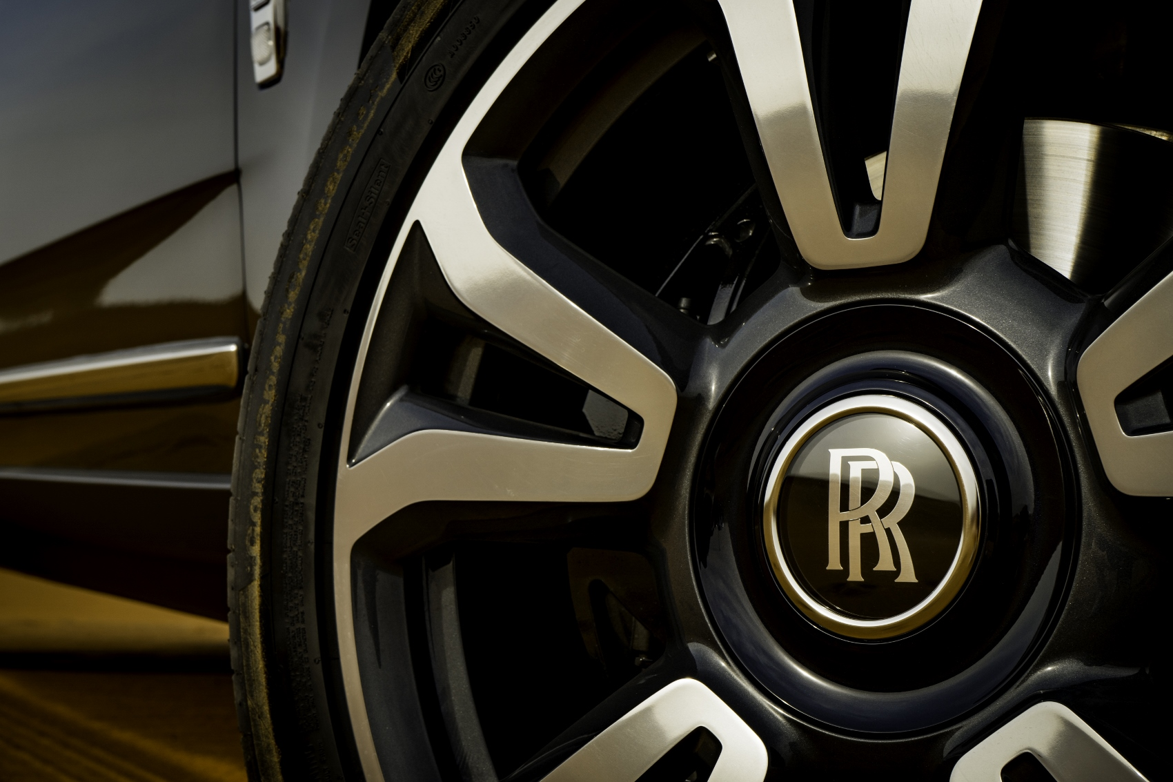 Rolls Royce Cullinan sa predviedol na púšti. Pozrite si foto aj video oFlQYHmeNw rolls-royce-cullina